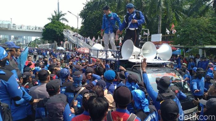 Mobil komando yang memicu kericuhan buruh berdemo di depan DPR (Sachril Agustin Berutu/detikcom)