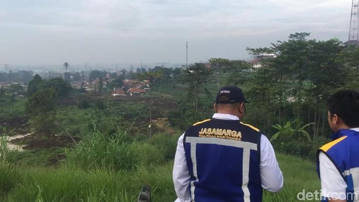Petugas Jasa Marga tinjau lokasi longsor di Bandung Barat
