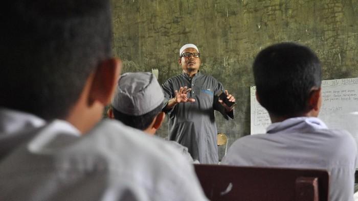 Seorang mantan terpidana kasus terorisme dirikan pesantren di Deli Serdang, Sumut. Pesantren itu diharapkan dapat cegah berkembangnya radikalisme di masyarakat.