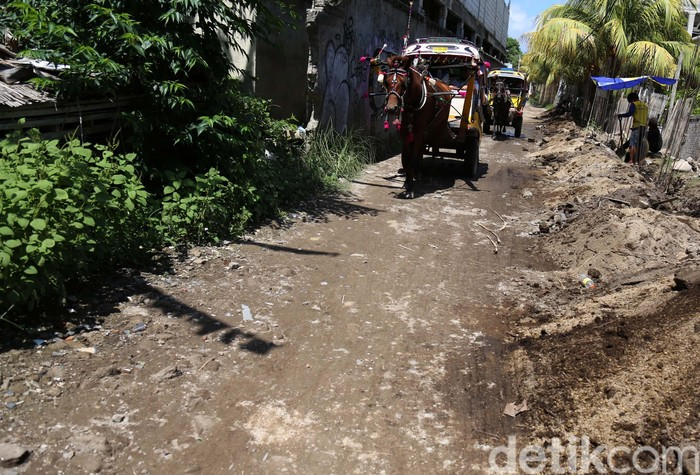 Pulau Gili Trawangan di Lombok NTB merupakan tempat wisata yang sangat memanjakan turis. Namun miris di balik itu, infrastruktur di pulau ini masih memprihatinkan.
