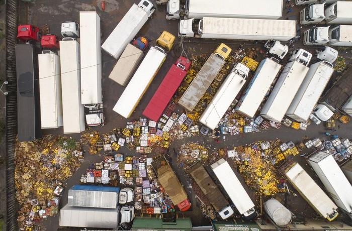 Hujan deras yang mengguyur wilayah Sao Paulo membuat kawasan itu kebanjiran. Sejumlah buah-buahan dan makanan lainnya terancam dibuang akibat terendam banjir.