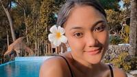 Momen ketika Marion bersantai di DI Yogyakarta. Tampak kolam renang sebagai latar belakangnya(@lalamarionmj/Instagram)