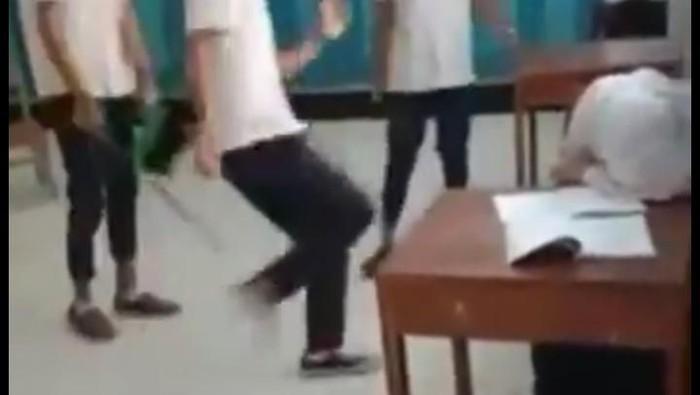 3 siswa pukul-tendangi siswi hingga tak berdaya di SMP Purworejo, Rabu (12/2/2020).