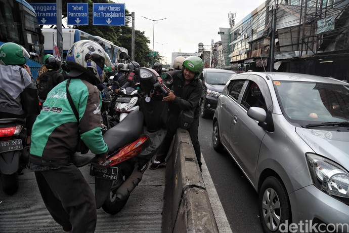 Jalur TransJakarta kerap disalahgunakan pemotor untuk memangkas waktu tempuh. Saat razia dilakukan para pemotor nakal itu bahu-membahu loloskan diri dari polisi.