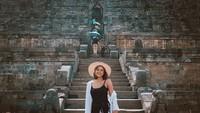 Liburan ke DI Yogyakarta, Marion ternyata sempat datang ke candi Buddha terbesar di dunia. Ya, apalagi kalau bukan Candi Borobudur di Magelang(@lalamarionmj/Instagram)