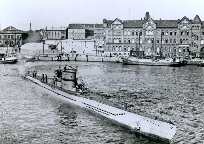 Peluncuran U-218 di Kiel, Jerman pada 1941 (U-Boats under the Swastika)