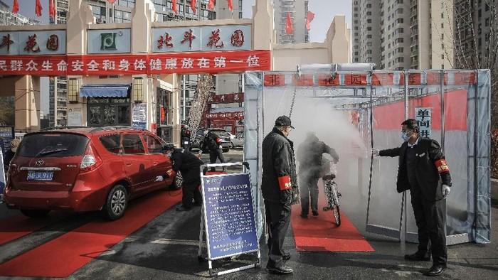 Antisipasi penyebaran virus corona yang kini memiliki nama resmi Covid-19 terus dilakukan di China. Warga disemprot desinfektan untuk menangkal virus tersebut.