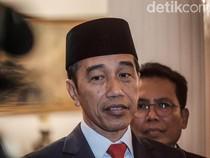 Usai Tinjau Tol Pekanbaru, Jokowi Bagi-bagi Kaos ke Pekerja Proyek