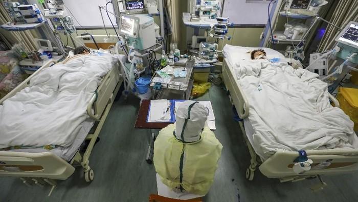 Ganasnya virus corona menambah jumlah korban jiwa menjadi 1.113 orang di China pada Rabu (12/2). Berikut foto-foto ketatnya penanganan medis yang dilakukan.