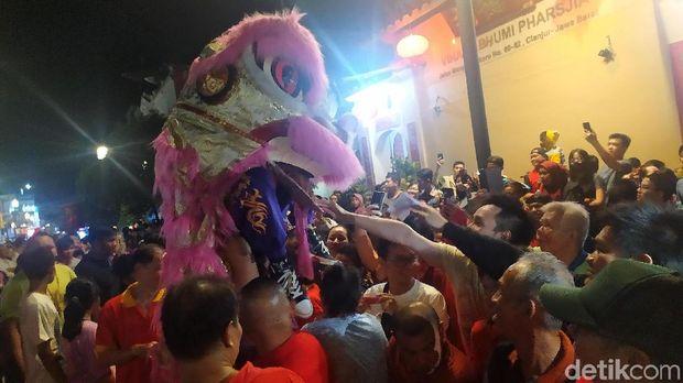Ribuan warga Cianjur memadati Jalan Mangunsarkoro tepatnya di depan Vihara Bhumi Parsjia untuk menyaksikan Cap Go Meh, Selasa (11/2/2020) malam. Pawai Cap Go Meh yang menampilkan beragam kebudayaan, mulai dari Barongsai dan liong.