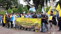 Massa Pekerja Yogya Demo Tolak Omnibus Law Cipta Kerja di DPRD
