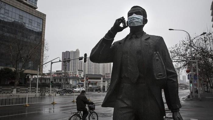 Wabah virus corona membuat masyarakat ramai-ramai mengenakan masker. Menariknya, selain manusia, hewan hingga patung turut pakai masker untuk cegah virus itu.