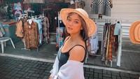 Tak hanya melihat kemegahan Candi Borobudur, Marion juga sempat berpose di sentra perbelanjaan yang terletak di salah satu sisi candi. Marion pun tampak cantik dan seksi seperti biasa(@lalamarionmj/Instagram)