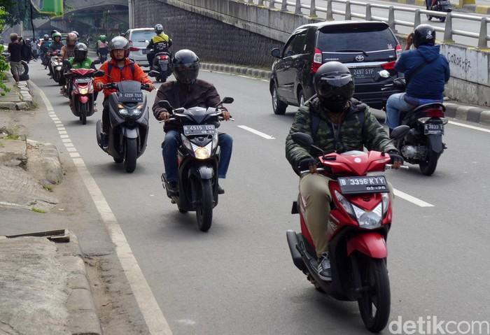 Sejumlah pengendara sepeda motor melawan arah di sekitar flyover Pondok Bambu, Jalan Kolonel Sugiono, Jakarta Timur, Rabu (12/02/2020). Aksi tak tertib ini membahayakan pengendaran lain.