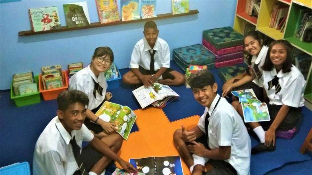 Saya Suka Sekali Orang Indonesia: Suami-Istri Australia Bantu Anak Terlantar di Halmahera