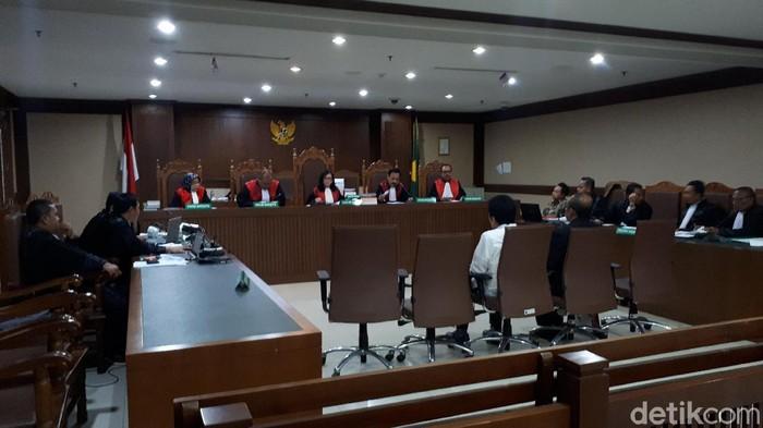 Persidangan kasus dugaan suap terkait hibah KONI.