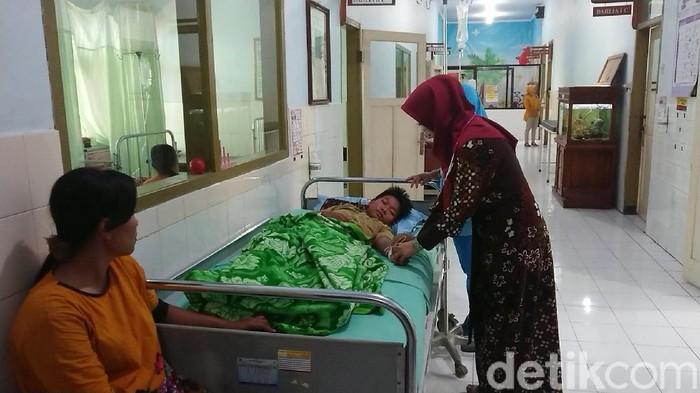 Di musim hujan, jumlah pasien demam berdarah (DB) di RSUD dr Soedomo Trenggalek membeludak. Akibatnya beberapa pasien harus dirawat di lorong dengan tempat tidur ekstra.