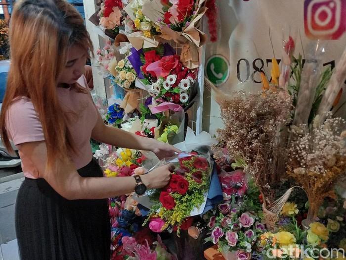 Menjelang Hari Valentine, harga bunga di Surabaya mengalami kenaikan hingga dua kali lipat. Bunga mawar paling laris diburu pembeli.