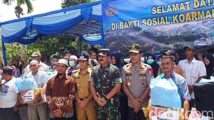 Panglima TNI Marsekal Hadi Tjahjanto dan Kapolri Jenderal Idham Aziz melakukan tinjauan ke Desa Pring dan Desa Penagi di Natuna, Kepulauan Riau (Rahel Narda Chaterine/detikcom)