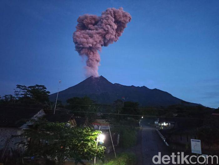Gunung Merapi erupsi dilihat dari Klaten, Kamis (13/2/2020).
