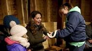 Uji Nyali, Kate Middleton Akhirnya Pegang Ular Pertama Kali