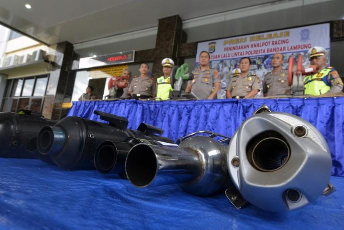 Polresta Padang dan Poresta Bandar Lampung menyita dan memusnahkan knalpot brong yang bikin bising. Pemusnahan dengan cara dipotong menggunakan mesin.