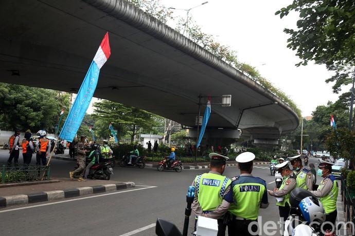 Sejumlah pengendara sepeda motor nekat melawat arah di kolong flyover Kalibata, Jakarta Selatan. Aksi tak tertib berlalu lintas itu dilakukan meski ada polisi yang berjaga.
