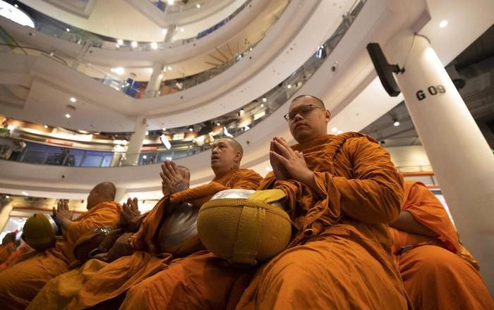 Pusat perbelanjaan Terminal 21 sempat ditutup sementara pasca-penembakan brutal di Thailand. Puluhan biksu gelar doa bersama di mal yang kembali dibuka itu.