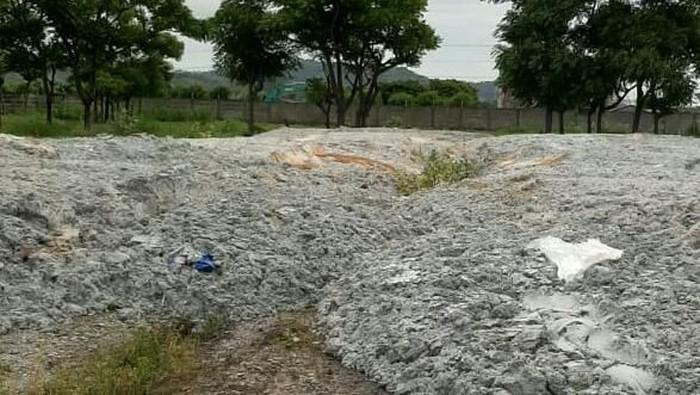 Limbah kertas yang dibuang di Cilegon, Banten