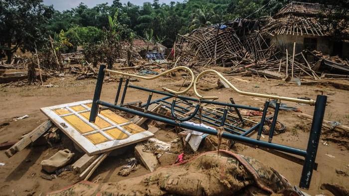 Seorang warga beraktifitas diantara puing-puing bangunan rusak pasca diterjang banjir bandang di Desa Pajagan, Lebak, Banten, Kamis (13/2/2020). BPBD Kabupaten Lebak saat ini masih memverifikasi jumlah rumah yang rusak akibat diterjang banjir bandang dan longsor hingga akhir Februari mendatang, untuk nantinya diberikan dana tunggu hunian (DTH) sebesar Rp500 ribu per rumah rusak. ANTARA FOTO/Muhammad Bagus Khoirunas/af/pd