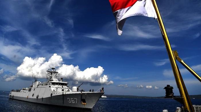 Dansatgas Indonesia Maritime Envoy-19B Kolonel Laut (P) Himawan (tengah) bersama sejumlah perwira dan prajurit TNI AL awak KRI Usman Harun-359 berpose dengan latar KRI Usman Harun setibanya di Kupang, NTT.