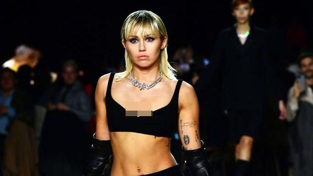 Foto: Aksi Miley Cyrus Jadi Model di New York Fashion Week