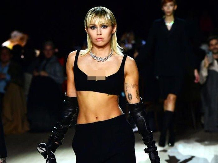 Miley Cyrus (R) walks the runway at the Marc Jacobs Fall 2020 runway show during New York Fashion Week on February 12, 2020 in New York City. (Photo by Jamie McCarthy/Getty Images for Marc Jacobs)