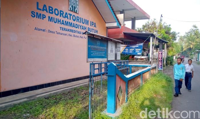 Sebuah video penganiayaan siswi di sebuah SMP di Purworejo viral di masyarakat. Siswi itu diketahui ditendang dan dipukul oleh tiga orang siswa di dalam kelas.