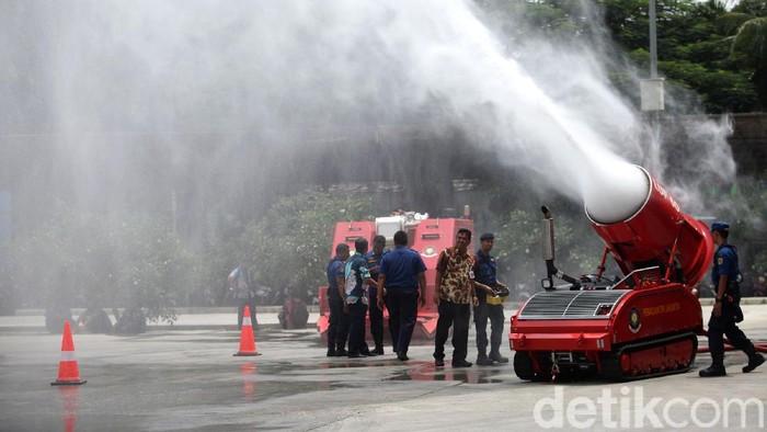 Robot pemadam kebakaran yang dibeli Dinas Penanggulangan Kebakaran dan Penyelamatan (PKP) DKI Jakarta seharga Rp 37 miliar disimulasikan.