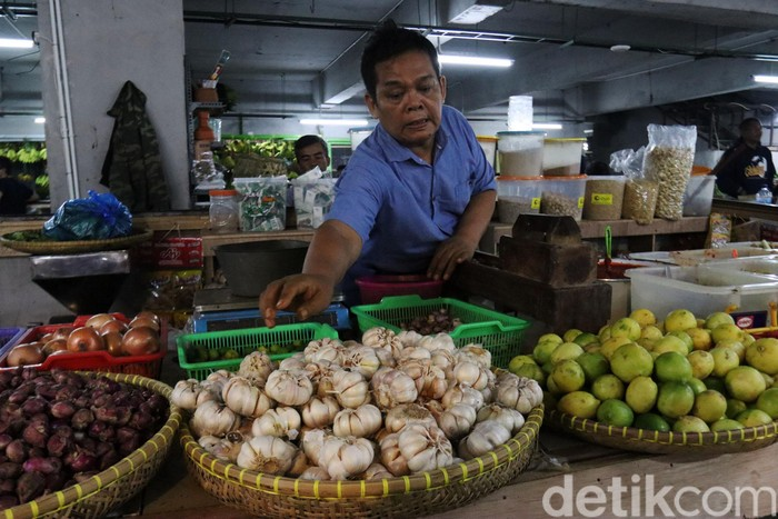 Sempat merangkak naik, harga bawang putih di pasar tradisional Kota Bandung, Jawa Barat berangsur menurun. Di Pasar Kosambi, harga bawang putih saat ini Rp 52-56 ribu. Harga itu, turun dibandingkan sepekan lalu yang tembus ke angka Rp 70 ribu.