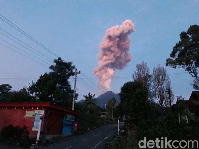 Gunung Merapi erupsi, Kamis (13/2/2020).