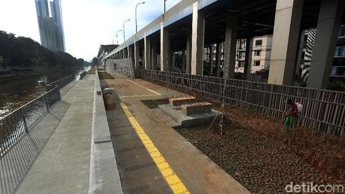 Pembangunan naturalisasi sungai Kanal Banjir Barat, Jakarta, Kamis (13/02/2020), kini mulai terlihat infrastrukturnya. Penasaran?