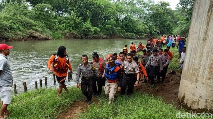 Proses evakuasi jenazah emak-emak yang hanyut di Sungai Pekalongan