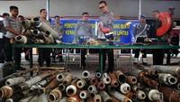 Polresta Padang menyita dan memusnahkan 168 knalpot tak standar dengan cara dipotong menggunakan mesin. Knalpot itu dimusnahkan karena mengganggu kenyamanan masyarakat. Antara Foto/Iggoy el Fitra.