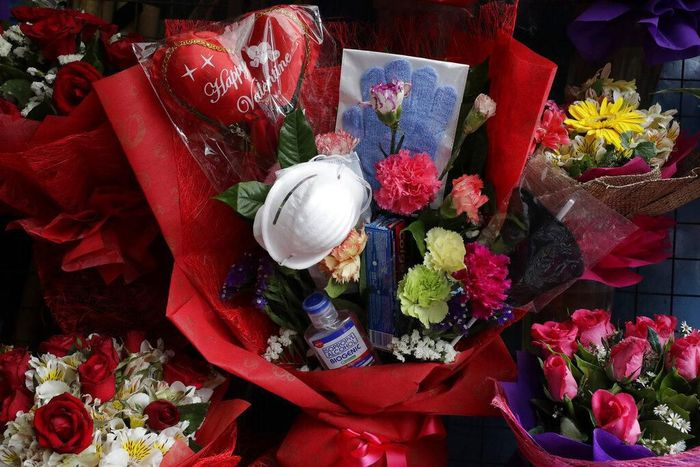 Pedagang di kawasan Alabang, Manila, Filipina, punya cara unik untuk memasarkan buket bunga menjelang hari kasih sayang. Buket bunga yang dijual pedagang kawasan itu terbilang unik karena disebut dapat menangkal penyebaran virus corona.