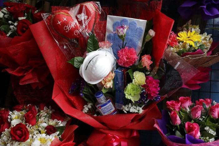 Buket bunga kerap diberikan kepada pasangan atau keluarga saat hari kasih sayang. Di Filipina ada buket bunga unik yang dapat tangkal virus corona. Penasaran?