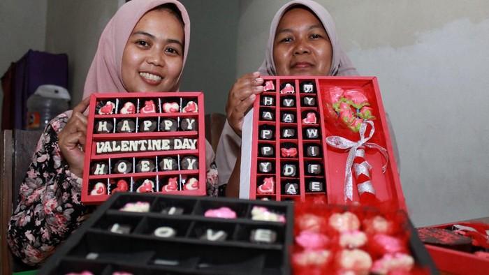 Pedagang menyusun pernak-pernik kado valentine yang dijual di salah satu toko di Kota Pangkalpinang, Kepulauan Bangka Belitung, Kamis (13/2/2020). Dinas Pendidikan Provinsi Bangka Belitung secara resmi melarang segala bentuk perayaan hari valentine bagi seluruh pelajar dan sekolah. ANTARA FOTO/Anindira Kintara/Lmo/pd.
