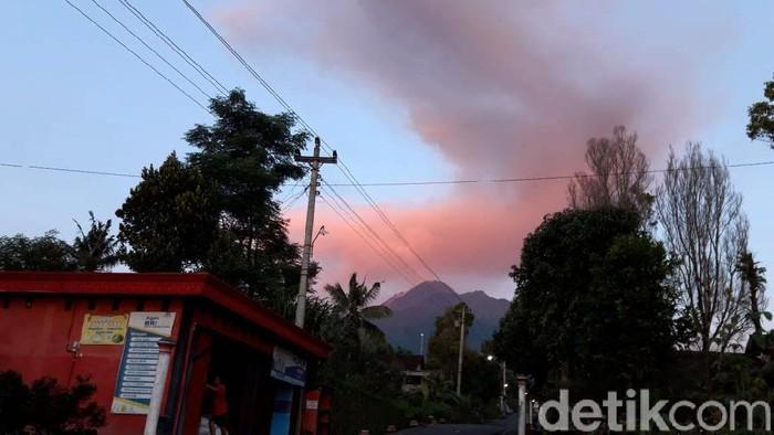 Gunung Merapi erupsi, Kamis (13/2/2020) pukul 05.16 WIB. Tinggi kolom erupsi Gunung Merapi mencapai sekitar 2.000 meter atau 2 km.