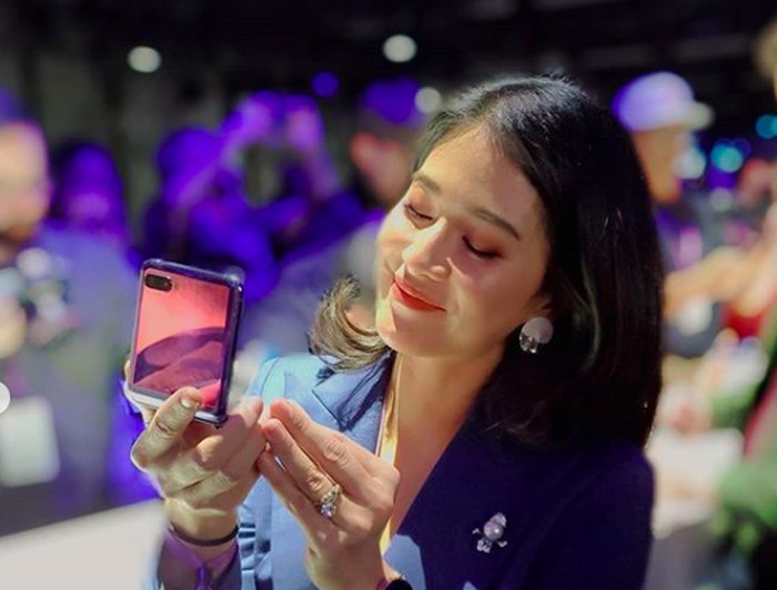 Dian Sastrowardoyo dan Samsung Galaxy Z Flip