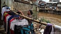 Seperti diketahui, bantaran Sungai Ciliwung kerap dimanfaatkan sejumlah warga sebagai tempat tinggal atau area permukiman. Rumah-rumah semi permanen itu berjejer di bantaran Sungai Ciliwung.