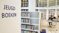 Buku-bukunya tertata rapi di rak. Pasti traveler akan temukan kata-kata bertuliskan bahasa Belanda di sekitar rak buku. (Grandyos Zafna/detikcom)