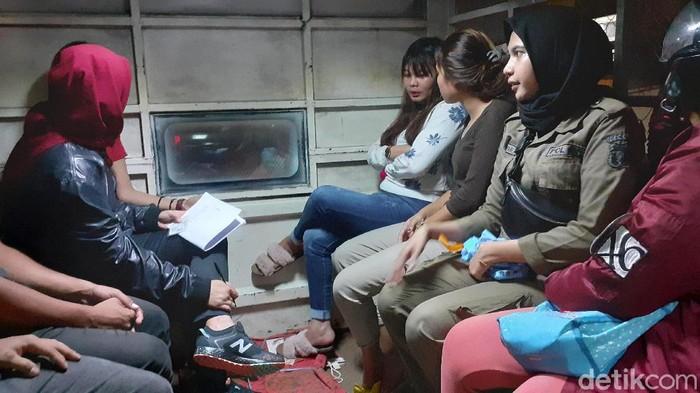 Belasan remaja diamankan dalam razia yang dilakukan Satpol PP dan Dinsos Makassar di malam valentine (MN Abdurrahman/detikcom)