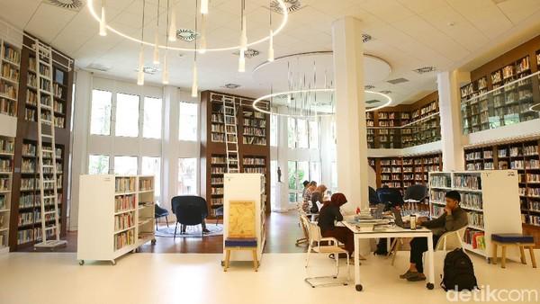 Perpustakaan ini dibangun sejak tahun 1980, lalu direnovasi pada tahun 2018 lalu. Dahulu bangunannya sangat kuno dan tertutup, sekarang dengan desainnya modern dan banyak terdapat kaca sehingga banyak cahaya yang masuk (Grandyos Zafna/detikcom)