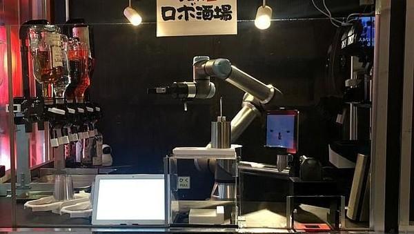 Robot canggih ini didesain oleh perusahaan bernama QBit Robotics. Sebelumnya, perusahaan itu juga membuat robot serupa untuk melayani restoran pasta. (Reuters)